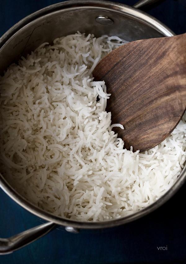 არ დაიჯერებთ, ბრინჯს ყველა შეცდომით ვამზადებდით! გაიგეთ რა უნდა გააკეთოთ რეალურად, როცა წყალი დუღილს დაიწყებს.